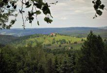 Sv. Kateřina stojí na kopci, odkud jsou široké výhledy