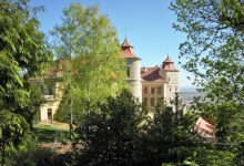 zámek Jezeří je skryt vhusté vegetaci