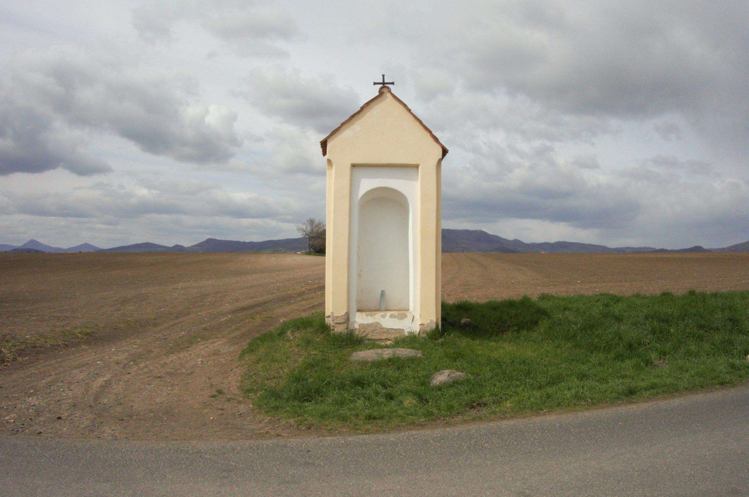 Výklenková kaple u Sedlece. Zde zahněte doleva.