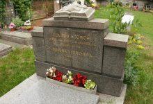 hrob slavného spisovatele najdete na místním hřbitově