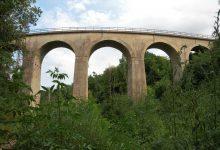 mšenský viadukt, který se klene na údolím Košáteckého potoka